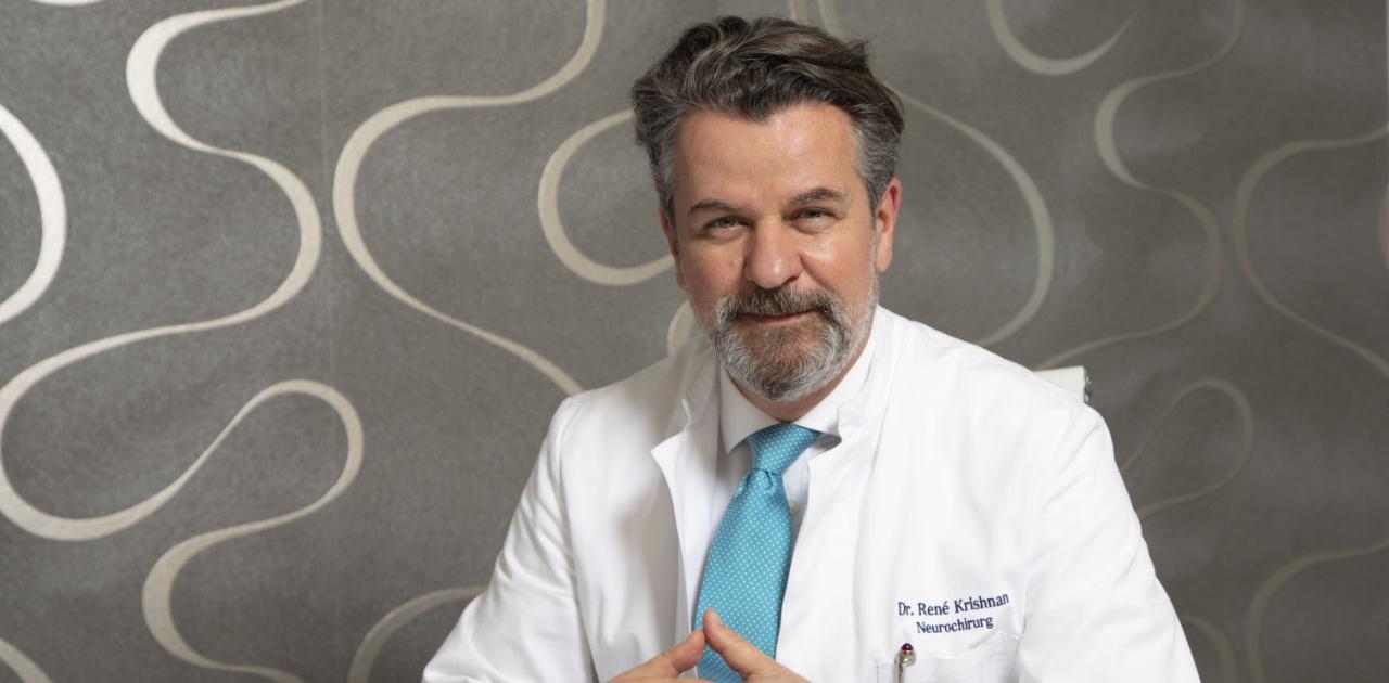 Neurochirurg Dr. Krishnan seit mehr als 25 Jahren in der Neurochirurgie auf die Behandlung der Wirbelsäule spezialisiert.